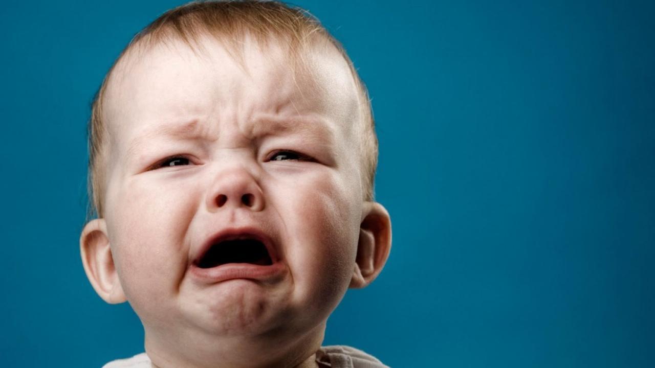 صوره لطفل يبكى مؤثره