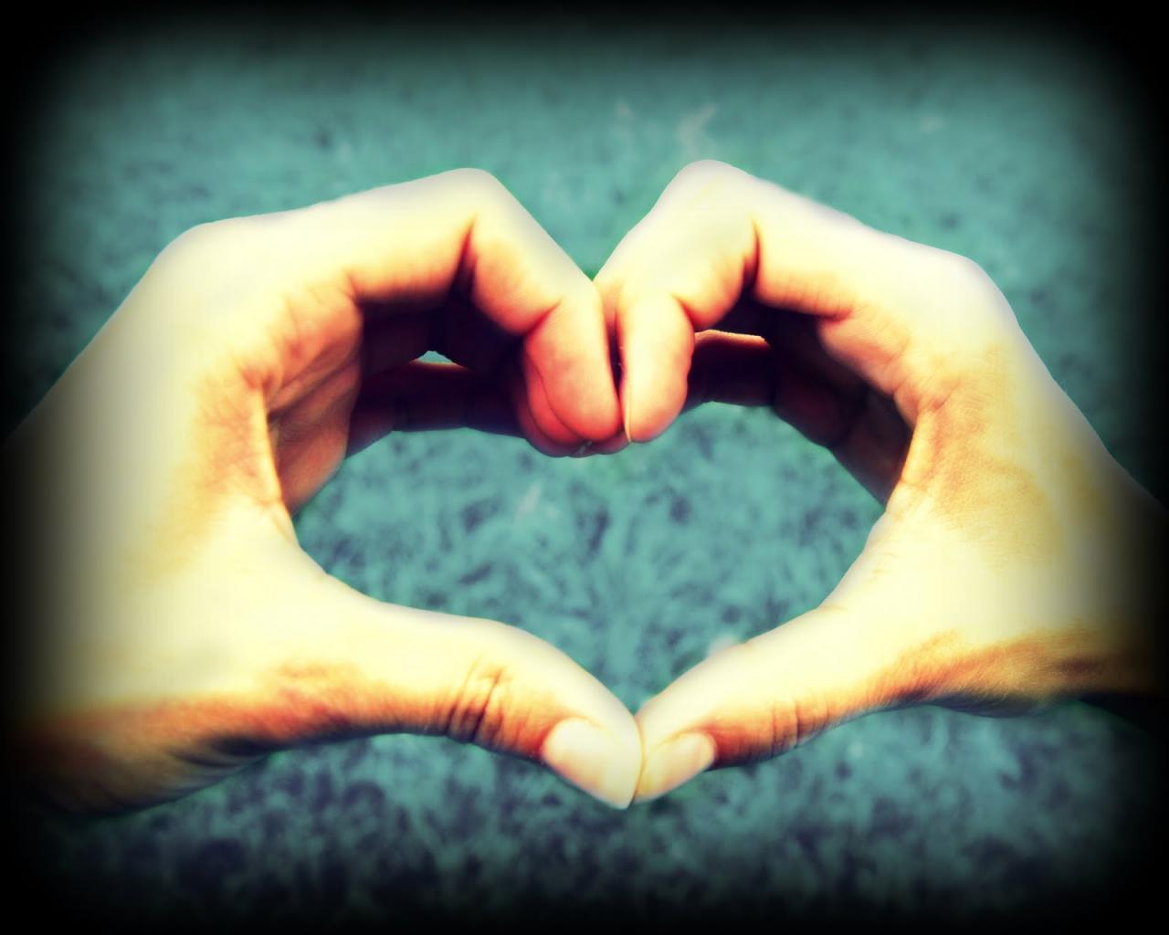 صوره قلب بين حبيبين